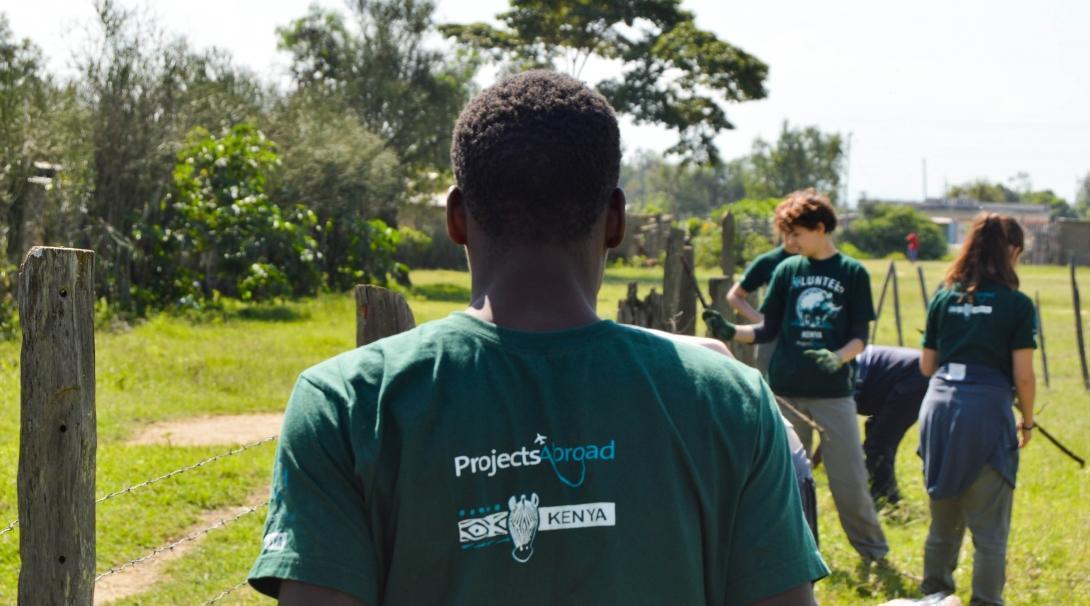 Voluntarios y personal local trabajando juntos durante nuestro programa de voluntariado para jóvenes en Kenia.